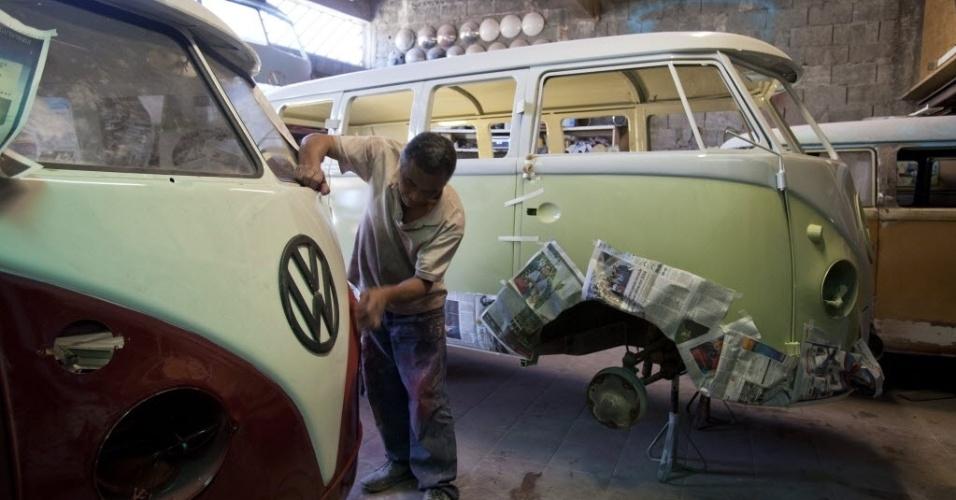 4.out.2013 - Mecânico trabalha na restauração de uma Kombi de 1962 que será transportada para a França. Enquanto na Europa a Kombi deixou de ser produzida no final da década de 70, no Brasil, ela será fabricada até o dia 31 de dezembro deste ano. Muitos amantes europeus se viram obrigados a atravessar o oceano para comprar o veículo