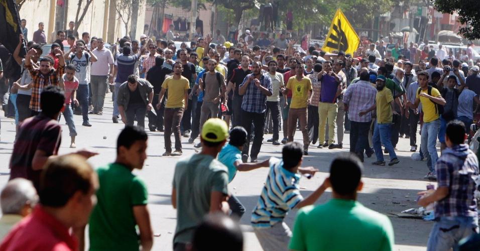4.out.2013 - Partidários do presidente deposto do Egito, Mohamed Mursi, entram em confronto com simpatizantes do regime militar, nesta sexta-feira (4), no Cairo. Manifestantes tomaram as ruas em várias cidades para protestar contra o golpe de Estado do Exército