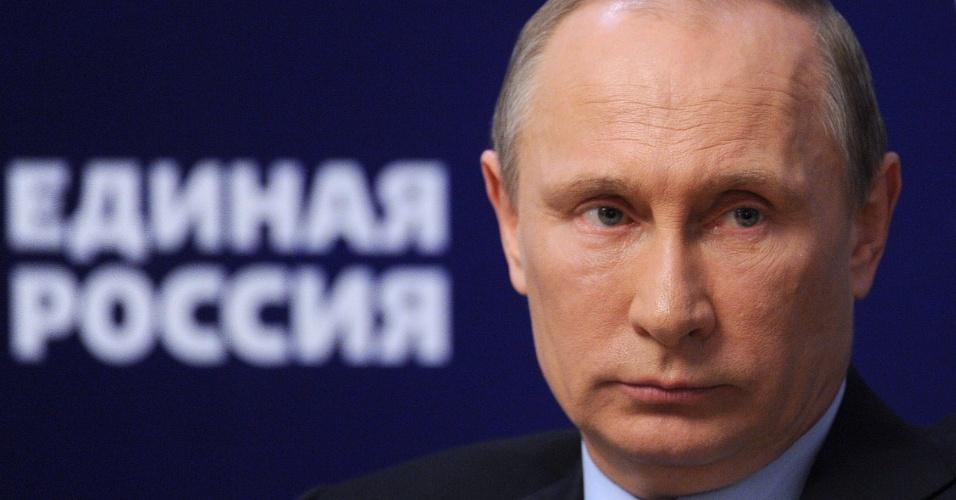 """4.out.2013 - Presidente da Rússia, Vladimir Putin, participa de encontro com ativistas do seu partido em Moscou. O Kremlin negou nesta sexta-feira que tenha recebido ordens do líder russo para que os 30 ativistas do Greenpeace fossem acusados de pirataria, delito que pode ter penas de até 15 anos de prisão. """"Ele pode dar sua opinião, mas não pode dar ordens, já que não pode interferir no trabalho dos órgãos de instrução"""". O Comitê de Instrução da Rússia confirmou que todos os tripulantes da embarcação Arctic Sunrise capturada no mar de Barents, no Ártico, e rebocado até o porto de Murmansk foram acusados de pirataria em virtude do artigo 227 do código penal"""
