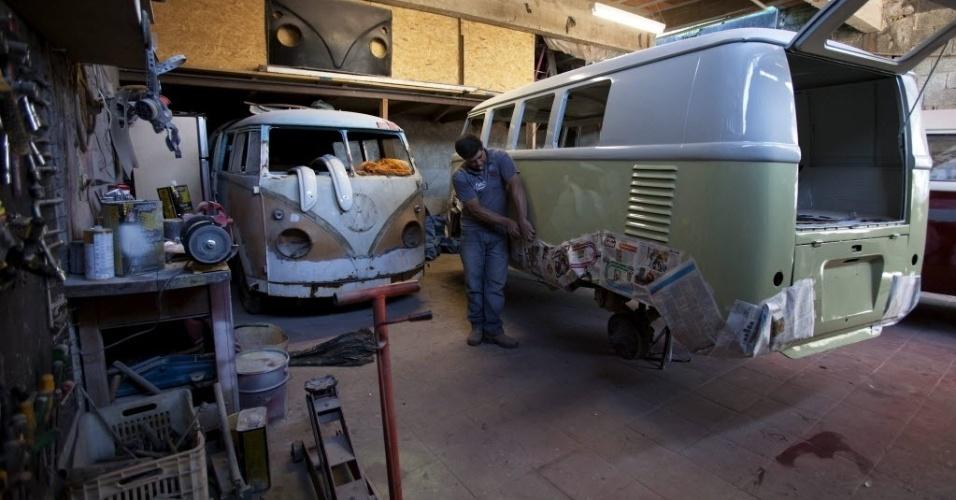 4.set.2013 - Mecânico trabalha na restauração de uma Kombi de 1962 que será transportada para a Alemanha.  Muitos amantes europeus se viram obrigados a atravessar o oceano para comprar o veículo
