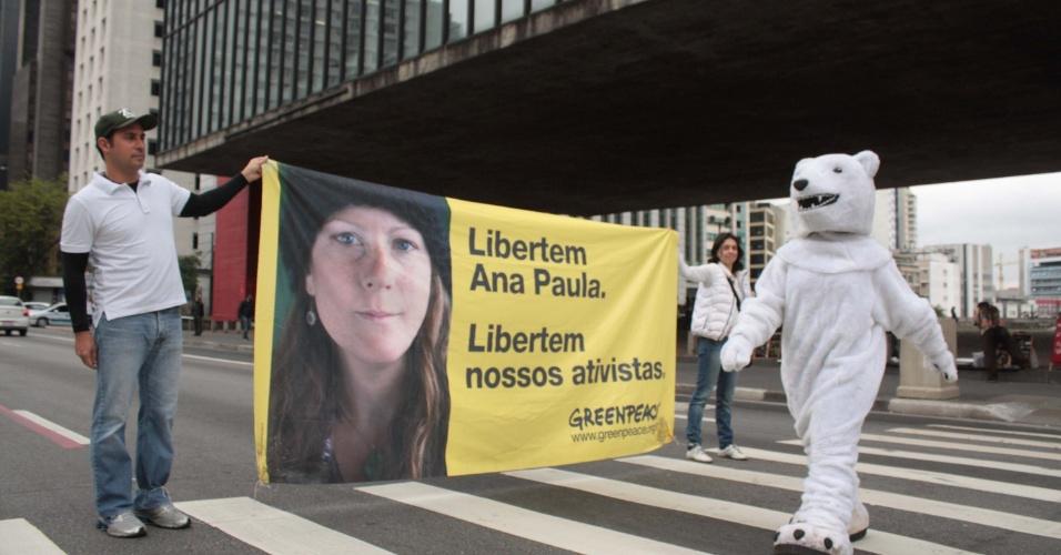 05.out.2013 - Ato em apoio aos ativistas do Greenpeace na manhã deste sábado (5), na Avenida Paulista, em frente ao MASP (Museu de Arte de São Paulo), para pedir a libertação dos ativistas e dos jornalistas presos na Rússia.