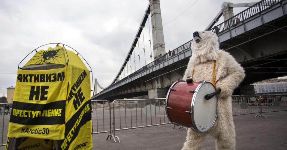 05.out.2013 - Militante do Greenpeace faz protesto em Moscou contra a prisão de membros da ONG. A brasileira Ana Paula Maciel é uma das detidas