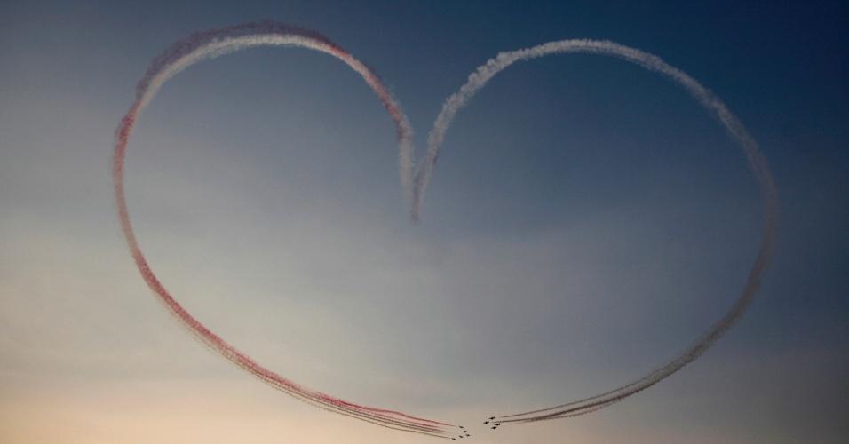 6.out.2013 - Aeronaves militares do Egito sobrevoam a Praça Tahrir, no Cairo, em comemoração aos 40 anos do ataque vitorioso do país contra as forças israelenses durante a guerra de 1973. No mesmo dia do aniversário, no entanto, conflito entre manifestantes e policiais causou mais de 30 mortes nas ruas da capital egípcia