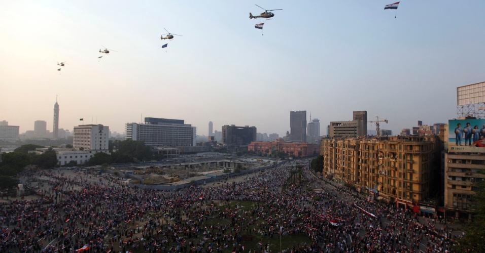 6.out.2013 - Helicópteros militares do Egito sobrevoam praça Tahrir, no Cairo, em comemoração aos 40 anos do ataque vitorioso do país contra as forças israelenses durante a guerra de 1973. No mesmo dia do aniversário, no entanto, conflito entre manifestantes e policiais causou ao menos 38 mortes