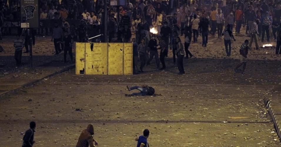 6.out.2013 - Homem cai no chão da praça Ramsis, no Cairo, durante confronto entre partidários e opositores do líder deposto do Egito Mohamed Mursi nas ruas da capital. Conflito no país deixa ao menos 38 mortos