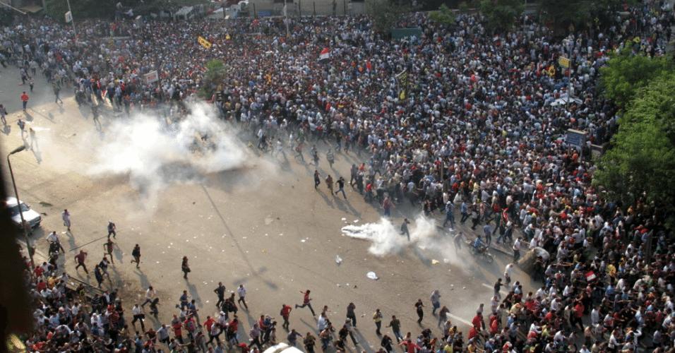 6.out.2013 - Membros da Irmandade Muçulmana e partidários do presidente deposto do Egito, Mohamed Mursi, entram em confronto no centro do Cairo