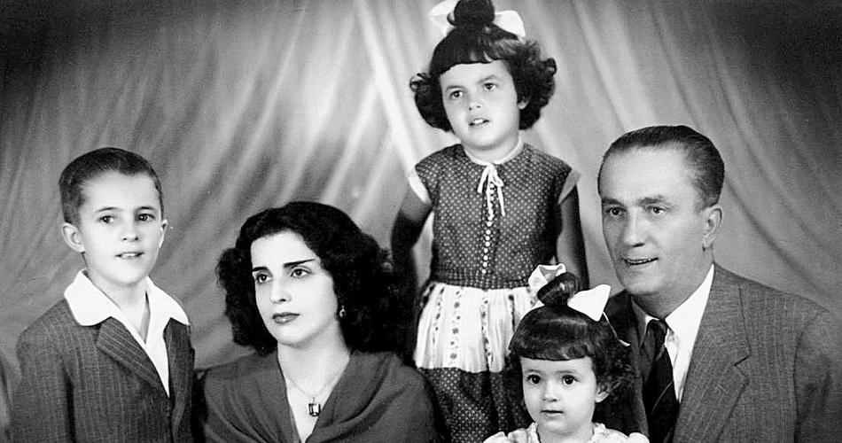 7.out.2013 - A presidente Dilma Rousseff (acima), quando criança, ao lado de seus pais e irmãos, em Minas Gerais, em foto de data desconhecida