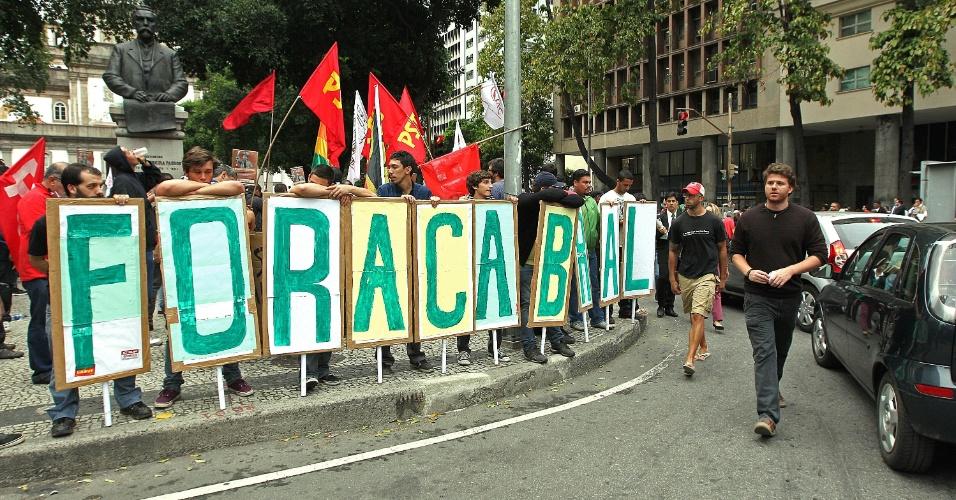 7.out.2013 - Cerca de 500 policiais acompanham o ato em apoio aos professores do Rio de Janeiro nesta segunda. O protesto começou por volta das 17h e reúne aproximadamente 2.000 pessoas no centro da cidade. Os professores da rede estadual e municipal estão em greve desde o dia 8 de agosto
