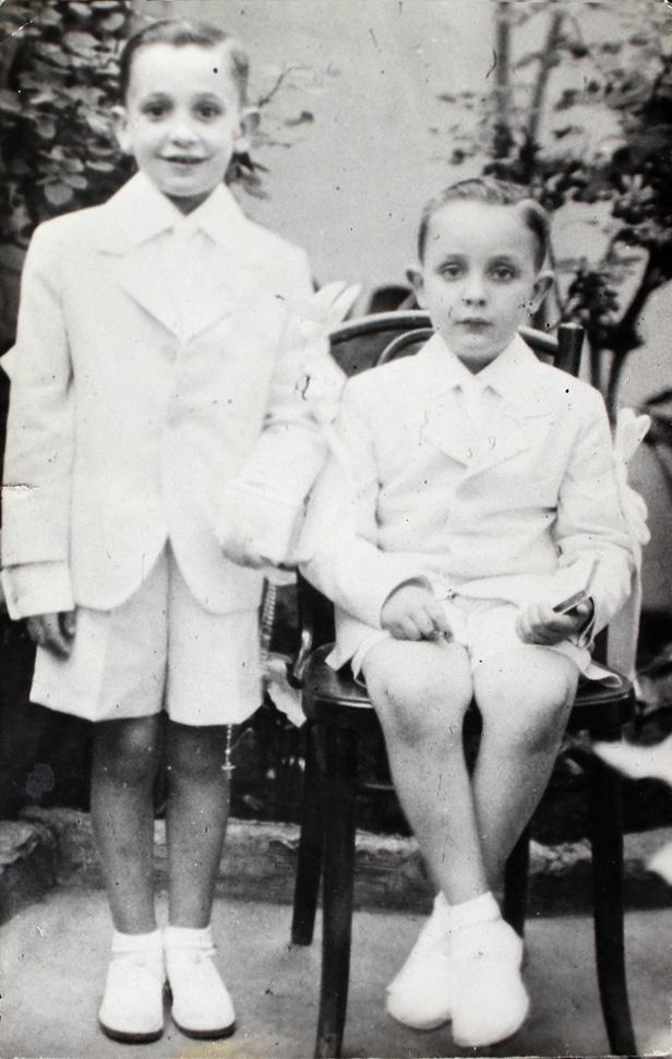 Jorge Bergoglio (à esquerda), o papa Francisco, é fotografado ao lado do irmão Oscar, durante sua primeira comunhão, em 1942