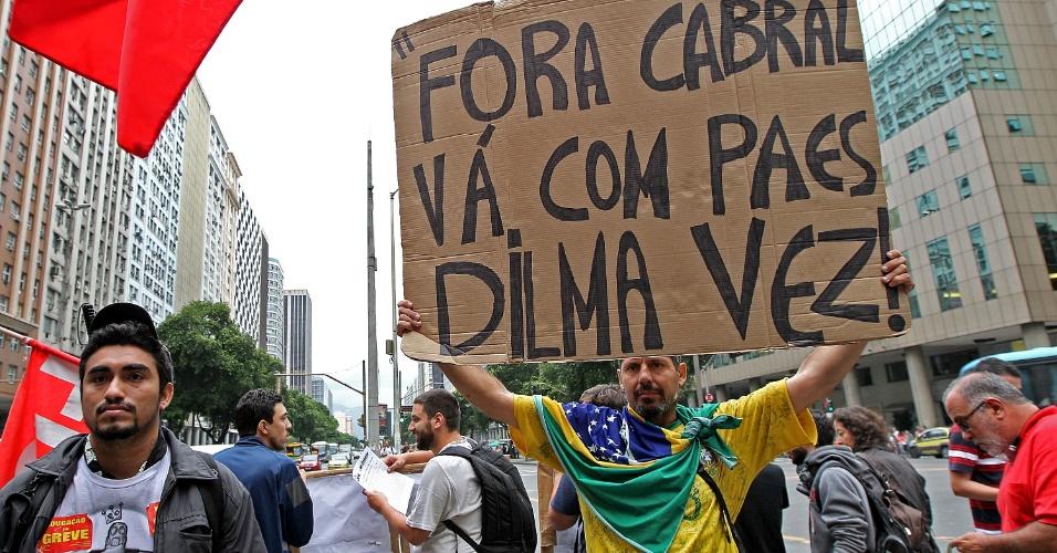 7.out.2013 - Manifestantes durante ato nesta segunda no centro do Rio. Eles protestam contra a violência policial. Os professores da rede estadual e municipal estão em greve desde o dia 8 de agosto