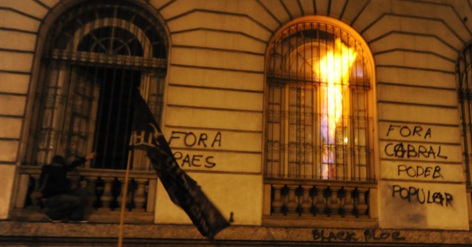 7.out.2013 - Manifestantes incendeiam com bombas caseiras uma das janelas da Câmara de Vereadores do Rio de Janeiro, durante protesto de professores na Cinelândia, região central da cidade