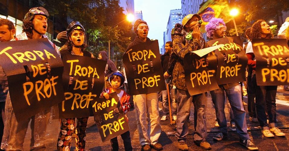 7.out.2013 - Manifestantes participam de ato a favor da educação nesta segunda-feira (7) no centro do Rio. Eles também protestam contra a violência policial. Os professores da rede estadual e municipal estão em greve desde o dia 8 de agosto. Um grupo de manifestantes mascarados já faz o cordão que abre a passeata -- como costuma fazer o grupo Black Bloc