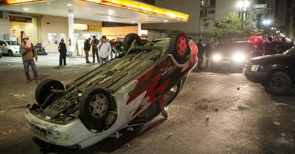 7.out.2013 - Manifestantes viraram um carro da Polícia Civil no cruzamento da avenida Rio Branco com a rua Aurora durante um confronto no centro de São Paulo. Protesto começou por volta das 18h e reivindicava melhorias na educação