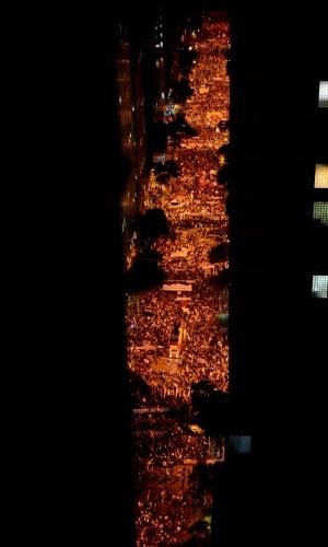 7.out.2013 - Milhares fazem passeata em apoio aos professores das redes municipal e estadual de ensino do Rio de Janeiro, no centro da cidade, na noite desta segunda-feira (7). Os professores da Prefeitura querem o cancelamento da sessão da Câmara, que aprovou o plano de cargos e salários da categoria. Já os profissionais do Estado querem um plano de carreira. Os professores das duas redes estão em greve desde 8 de agosto