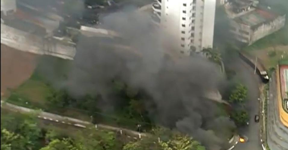 7.out.2013 - Um protesto por melhores condições de moradia bloqueava totalmente a rua Doutor Luiz Migliano, na Zona Sul de São Paulo, por volta das 7h desta segunda-feira (7)