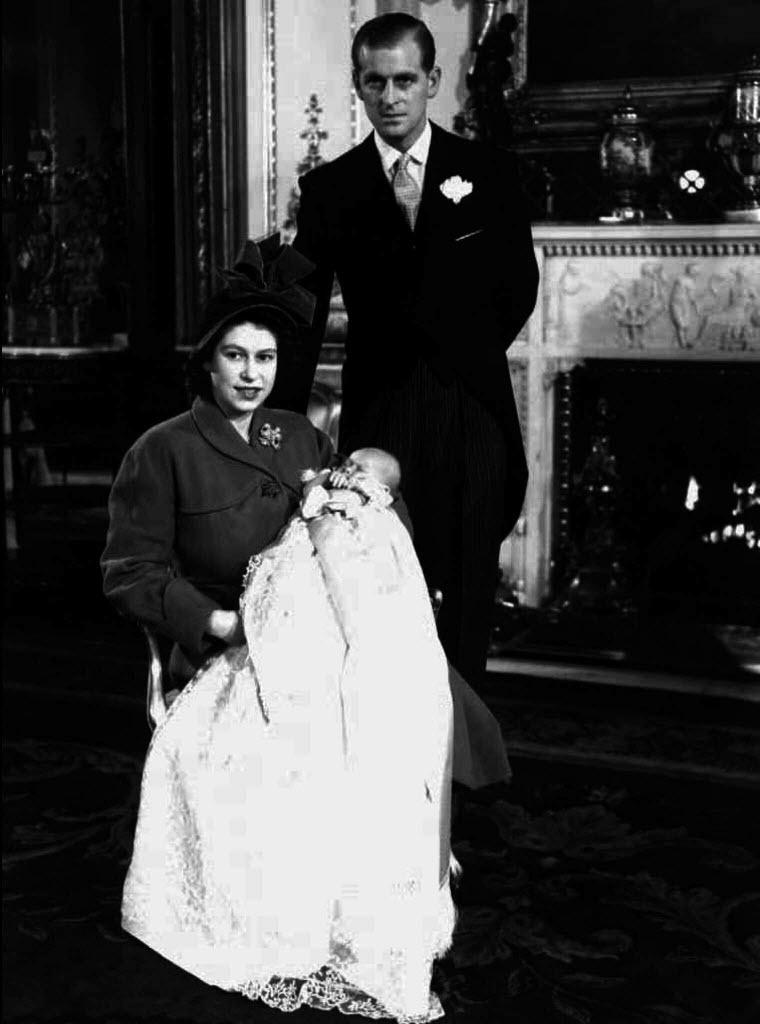 A rainha Elizabeth e o príncipe Philip posam para foto após o nascimento do primeiro filho do casal, Charles, em 1948