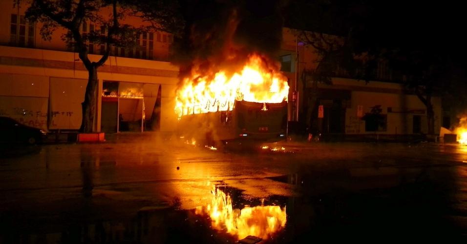 7.out.2013 - Manifestantes incendeiam um ônibus durante protesto de professores na avenida Rio Branco, região central do Rio de Janeiro