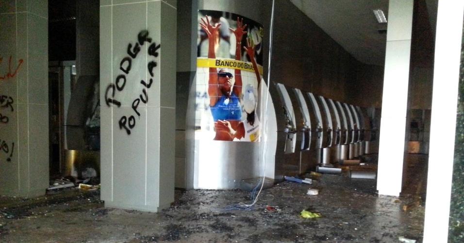 7.out.2013 - Agência do Banco do Brasil na rua Evaristo da Veiga, no centro do Rio, foi depredada nesta segunda-feira (7) durante protesto em apoio aos professores e contra a violência policial. Os professores da rede estadual e municipal estão em greve desde o dia 8 de agosto