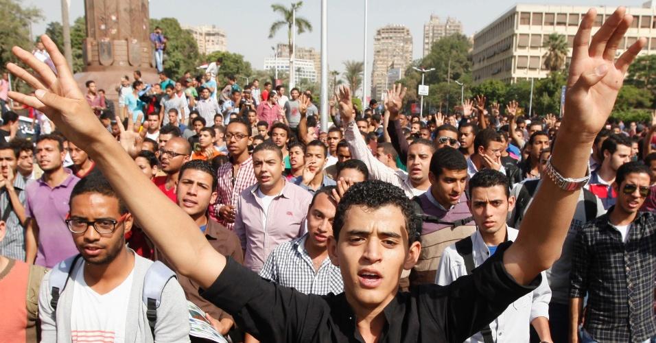 8.out.2013 - Estudantes universitários e membros da Irmandade Muçulmana protestam contra os militares em frente à Universidade do Cairo, no Egito. Centenas de simpatizantes da Irmandade Muçulmana gritavam