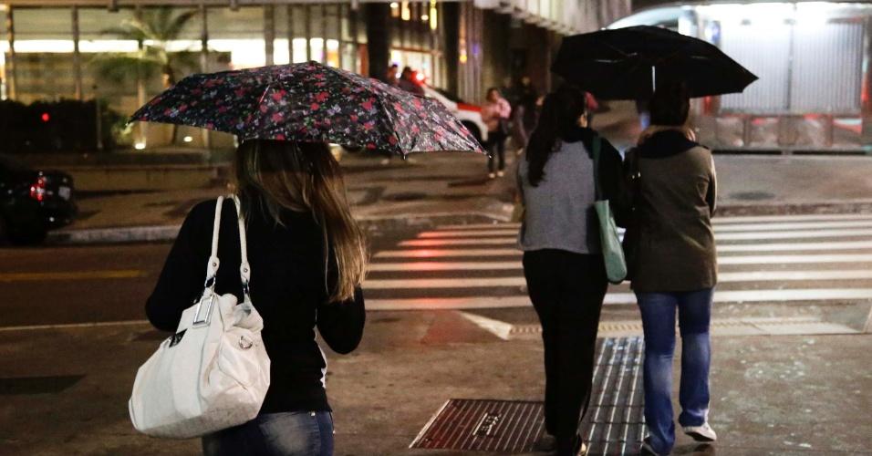 8.out.2013 - Pedestres enfrentam frio e garoa fina na região da avenida Paulista, em São Paulo, durante a madrugada