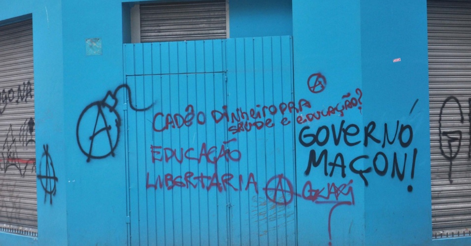 8.out.2013 - Protesto de professores e estudantes a favor da educação em São Paulo acabou em confronto entre Black Blocs e PMs. Manifestantes destruíram bancos, lojas e o patrimônio publico.