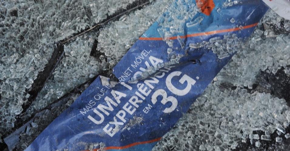 8.set.2013 - Agência bancária amanhece destruída após protesto, na noite de ontem (7), em apoio a professores em greve, na Cinelândia, zona central do Rio de Janeiro