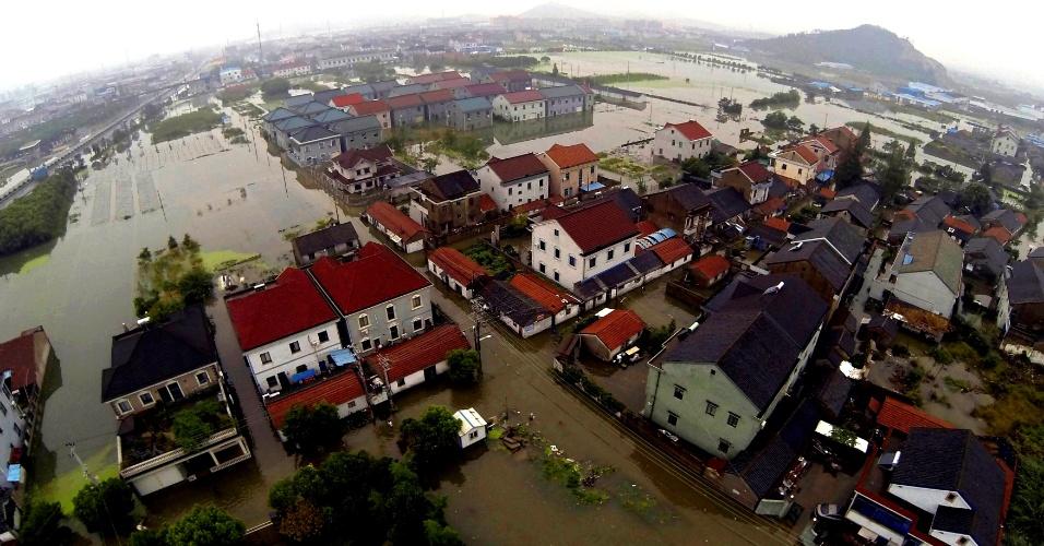 9.out.2013 - Ruas e casas ficam submersas depois da passagem Fitow em Yuyao, sudeste da China, nesta quarta-feira (9). A chuva trazida pelo tufão continua atingindo a região deixando cidades debaixo de água