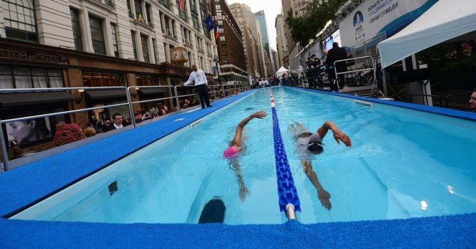 """9.out.2013 - A nadadora de longa distância Diana Nyad (à esquerda), que atravessou a nado o trecho marítimo que separa Cuba dos EUA, se apresenta durante o """"Swim for Relief"""", em Nova York. A meta é angariar fundos para ajudar as vítimas do furacão Sandy ao final das 48h de natação ininterrupta. Sandy já está na piscina desde a terça-feira (8)"""