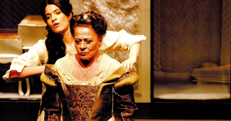 """9.out.2013 - Com a atriz Maria Manoella (ao fundo), Norma Bengell representa em cena a peça """"O Relato Íntimo de Madame Shakespeare"""", com direção de Emílio Di Biasi, em novembro de 2010. Também diretora, a atriz morreu na madrugaa desta quarta-feira (9). Norma estava internada desde sábado (5) na unidade Bambina do Hospital Rio-Laranjeiras, em Botafogo, zona sul do Rio. Ela lutava há pelo menos seis meses contra um câncer no pulmão"""