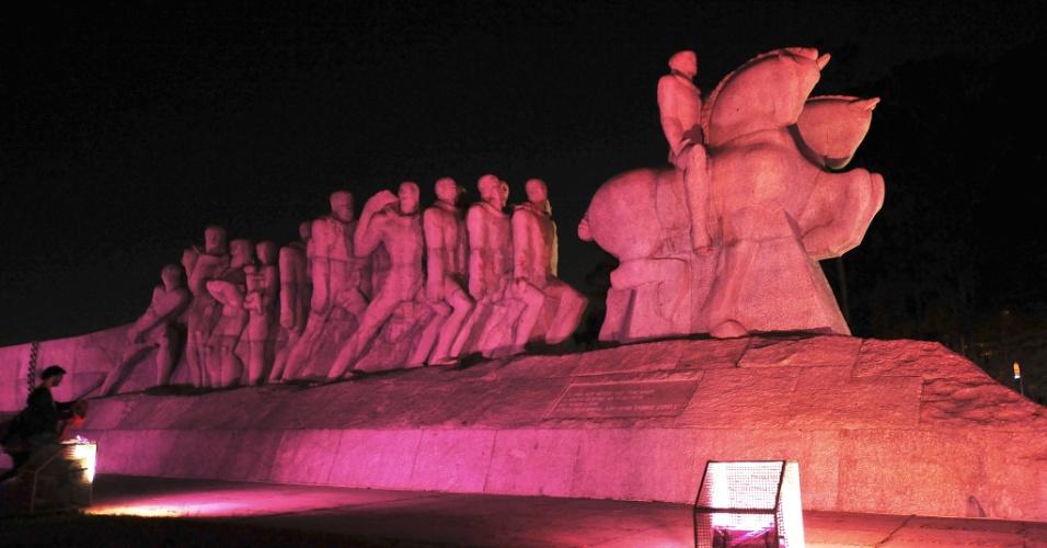 9.out.2013 - Com iluminação especial, o monumento das Bandeiras, em São Paulo, adere ao Movimento Outubro Rosa e à Campanha de Prevenção do Câncer de Mama