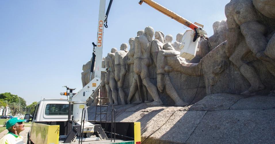 """9.out.2013 - Funcionários da Prefeitura de São Paulo limpam o Monumento às Bandeiras, conhecido como """"Empurra-empurra"""", em frente ao parque do Ibirapuera, na zona sul de São Paulo. A obra foi pichada por menifestantes ligados ao movimento indígena durante protesto, no último dia 2"""