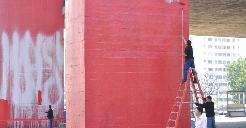 9.out.2013 - Funcionários do Masp (Museu de Arte de São Paulo) pintam as colunas do prédio, na avenida Paulista, na capital do Estado. O local foi pichado durante as manifestações da última segunda-feira (7) por um grupo que se juntou aos manifestantes que apoiavam o ato dos professores no Rio de