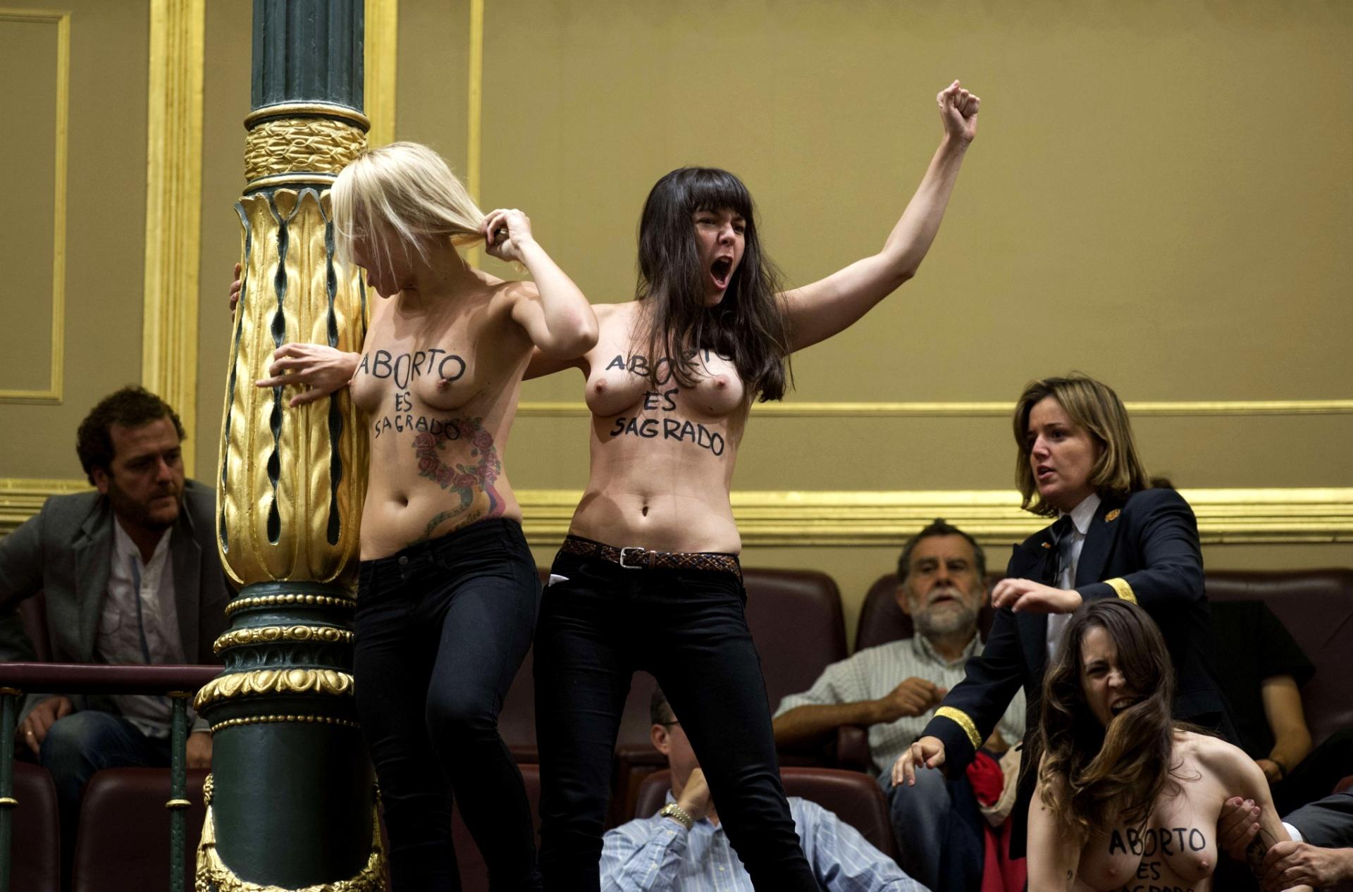 9.out.2013 - Membros do grupo ativista Femen fazem ato pró-aborto dentro do Congresso Nacional espanhol, em Madri, nesta quarta-feira (9). O presidente da câmara, Jesus Posada, determinou a retirada das ativistas depois de elas interromperem a sessão