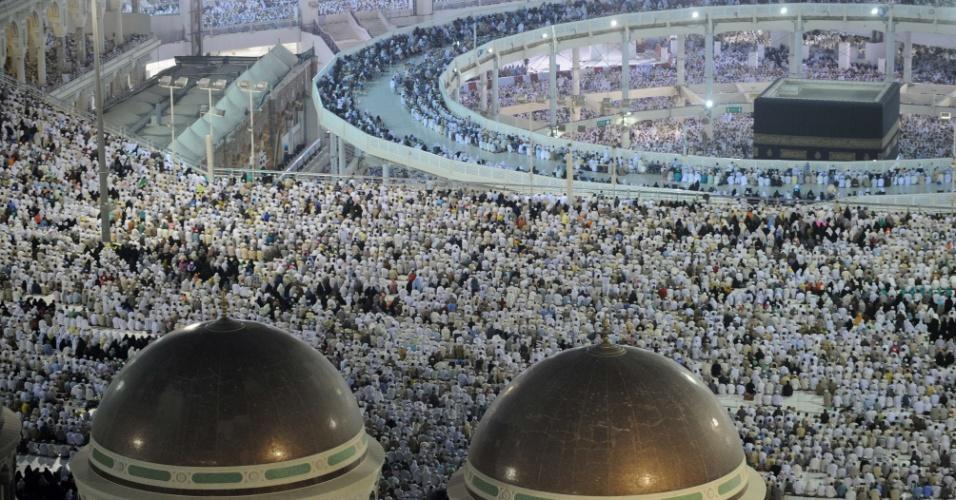 9.out.2013 - Milhões de peregrinos lotam a Grande Mesquita de Meca, na Arábia Saudita, para onde os muçulmanos voltam à cidade sagrada durante celebração anual do hajj. A nova passarela instalada em torno do local (no topo à direita) facilita a circulação dos peregrinos com deficiência ao redor do santuário. Mais de dois milhões de muçulmanos chegaram à cidade sagrada