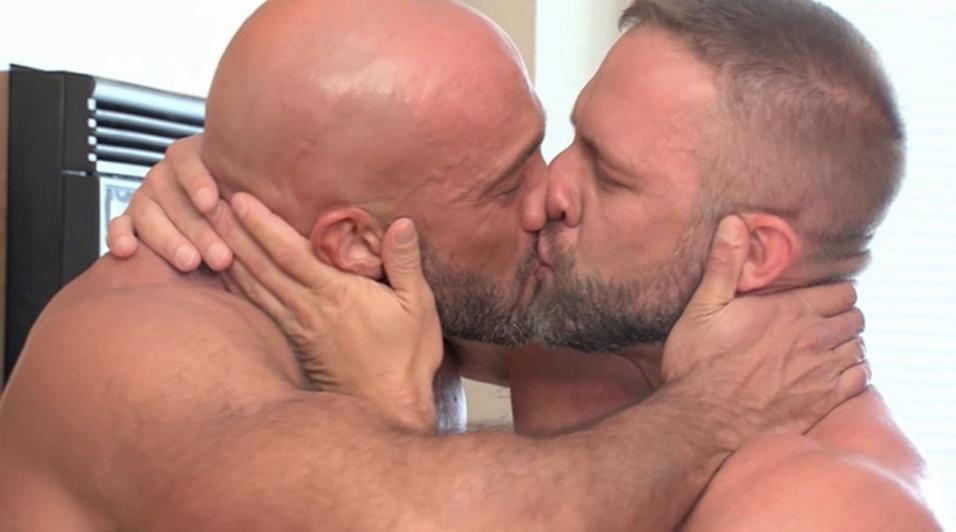 Jesse Jackman postou em seu Facebook uma foto dele beijando um homem. Após um tempo, a imagem foi removida e a conta de Jackman foi suspensa temporariamente da rede. Em uma mensagem ao usuário, a rede social informou que o arquivo publicado violava os termos de uso. Após um tempo, tanto a conta como a foto foram restabelecidas