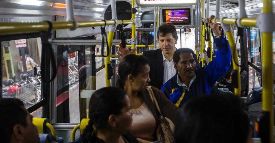 O prefeito de São Paulo, Fernando Haddad, durante viagem de ônibus. Pelo segundo dia, o prefeito foi ao trabalho de transporte público, pagou com Bilhete Único e conversou com passageiros
