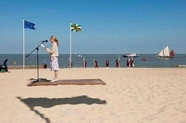 10.out.2013 - A moça não está em uma plataforma flutuante, trata-se da sombra de uma bandeira ao lado dela