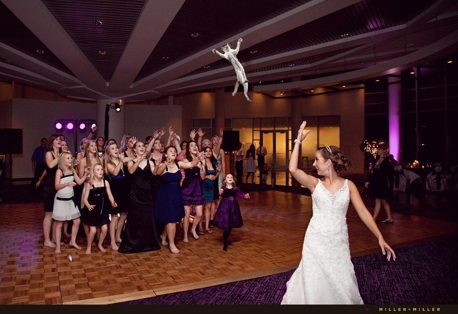 """O tumblr """"Brides Throwing Cats"""" (http://bridesthrowingcats.com/) -- ou 'Noivas arremessando gatos, em tradução livre' -- utiliza editor de imagem para """"desvirtuar"""" fotos de casamento. As imagens da página trocam o tradicional buquê de flores jogado pela noiva por um gato"""