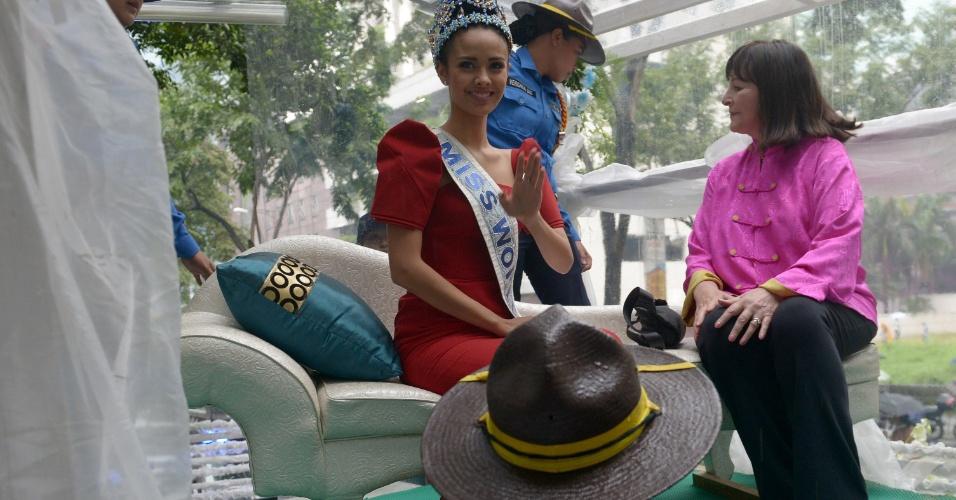11.out.2013 - A recém-coroada Miss Mundo 2013, Megan Young, acena durante uma carreata no distrito financeiro da cidade de Makati, a leste de Manila, nas Filipinas. A bela jovem superou 126 outros concorrentes de todo o mundo para se tornar a primeira filipina a ganhar o título