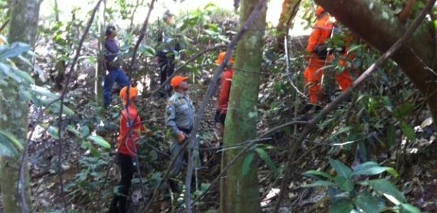 Cerca de 30 policiais da Divisão de Homicídios, com auxílio de 40 bombeiros, realizaram buscas pelos restos mortais do pedreiro Amarildo