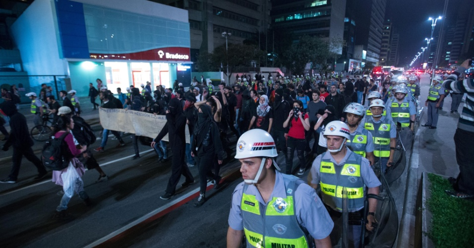 11.out.2013 - Grupo de manifestantes que fez uma passeata na noite desta sexta-feira na região central de São Paulo dispersou por volta das 20h40, mas prometeu fazer um novo ato na próxima terça-feira (15). O protesto de hoje foi para pedir melhorias na educação
