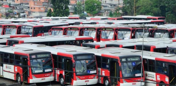 Ônibus ficam na garagem em Itaquera, zona leste de SP, durante paralisaram de motoristas e colaboradores