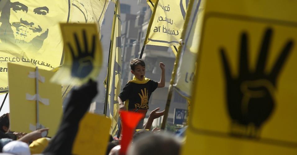 11.out.2013 - Uma criança participa de protesto contra as forças armadas do Egíto,  no distrito de Nasr City, no leste do Cairo, nesta sexta-feira (11). Milhares de apoiadores do presidente egípcio deposto, Mohammed Mursi, protestaram em Cairo, Alexandria e nas cidades do delta do rio Nilo, segundo fontes seguras