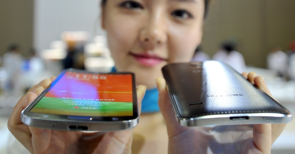 9.out.2013 - A Samsung lançou nesta uma versão do smartphone Galaxy Note com uma tela curvada, chamado Round, chegando um passo mais perto de apresentar dispositivos vestíveis com telas flexíveis. A tela de 5,7 polegadas (14,4 centímetros) do Galaxy tem uma leve curva horizontal e pesa menos que o Galaxy Note 3. Ele custa 1,089 milhão de won (equivalente a R$ 2.240)