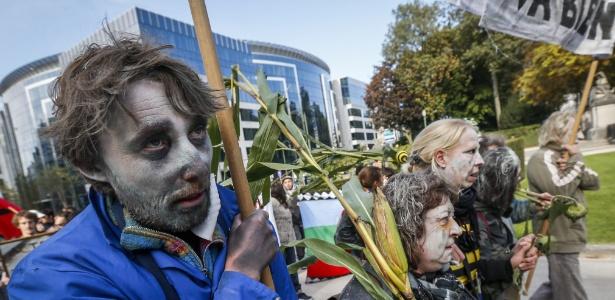 Ativistas protestam em 2013 na Bélgica contra a Monsanto, transnacional que produz transgênicos