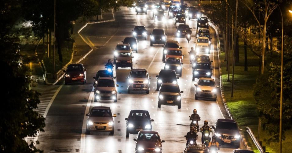 14.out.2013 - Carros invadem o corredor de ônibus na avenida 23 de Maio, em São Paulo, em um mês de funcionamento do espaço exclusivo para transporte público. Nesse período, as multas na 23 de Maio já são o triplo nas registradas na faixa da avenida Paulista, na região central da capital paulista