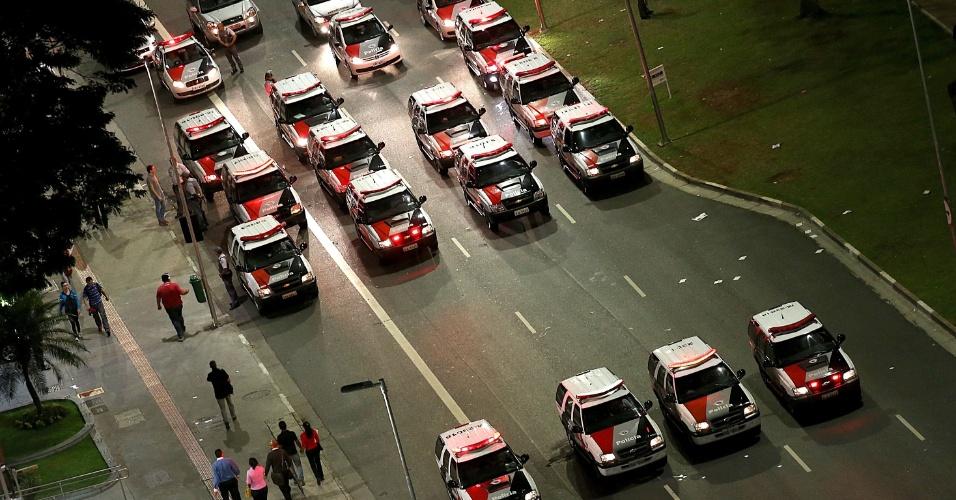 15.out.2013 - Carros de polícia acompanham os manifestantes que fazem passeada na avenida Brigadeiro Faria Lima em direção ao Palácio dos Bandeirantes, nesta terça-feira (15), em protestos alusivo ao Dia dos Professores. A concentração foi no largo da Batata, em Pinheiros