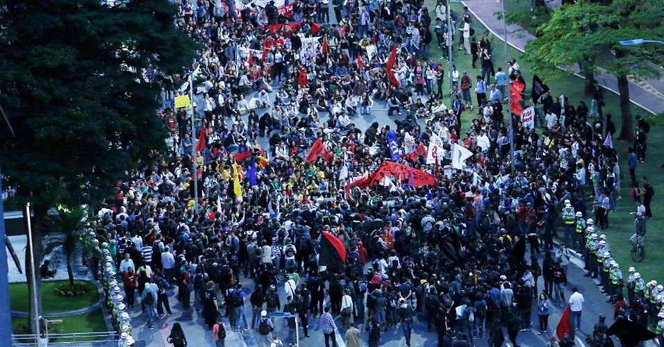 15.out.2013 - Em São Paulo, protesto pelo Dia dos Professores sai do largo da Batata, em Pinheiros (zona oeste), e passa pela avenida Brigadeiro Faria Lima em direção ao Palácio dos Bandeirantes