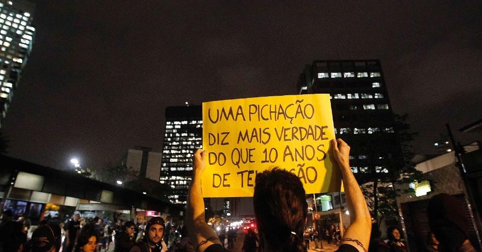15.out.2013 - Manifestante ergue cartaz durante protesto alusivo ao Dia do Professor em São Paulo. Os manifestantes fazem passeada na avenida Brigadeiro Faria Lima em direção ao Palácio dos Bandeirantes, nesta terça-feira (15), sendo acompanhados por diversos carros da Polícia Militar. O ato teve início no largo da Batata, em Pinheiros