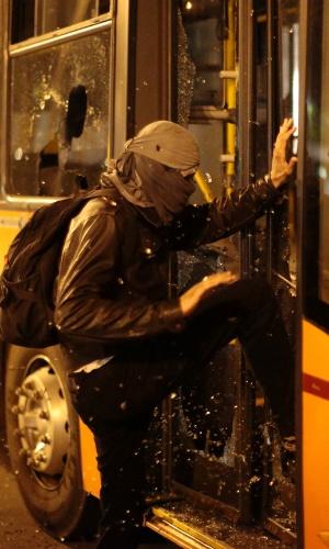 15.out.2013 - Manifestante quebra vidros de ônibus durante protesto contra a política educacional do governo de Geraldo Alckmin. A manifestação teve início no início da noite no largo da Batata, em Pinheiros. Manifestantes entraram em confronto com a polícia, que usou bombas de gás lacrimogêneo e efeito moral